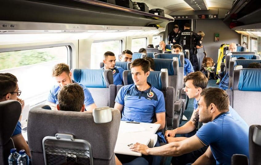 Cu trenul la meci