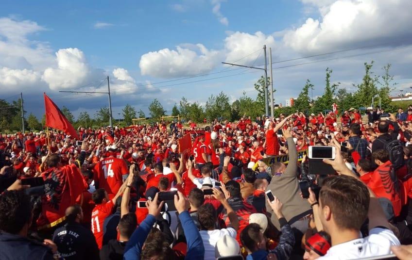 Albanezii s-au rugat la stadion pentru victorie