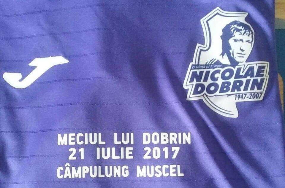 """Chipul lui Dobrin, imprimat pe tricouri violet la """"Meciul lui Dobrin"""""""