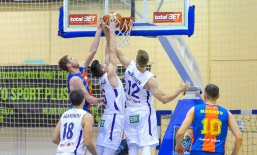 Câștigă o minge de baschet cu autografele jucătorilor de la BCMU FC Argeș!